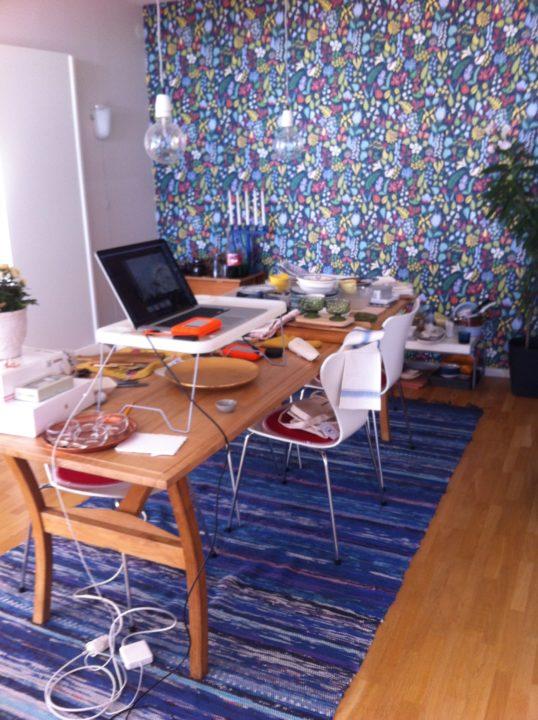 Vårt matrum fungerar som studio och rekvisitaupplag. Tur att det är gott om plats ...