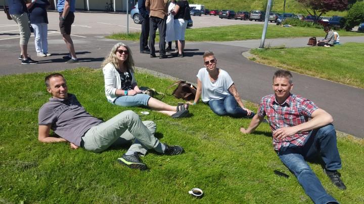 Lunchpaus i solen med Fredrik Biörk, Lena Winther, Pernilla Lantz och Fredrik Söderlund.