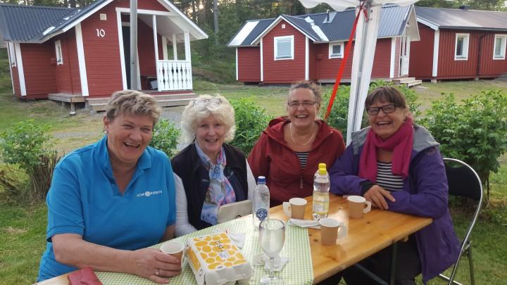 Ann-Sofi Bengtsson, en av arrangörerna, och några av Karlstad's gladaLCHF-damer